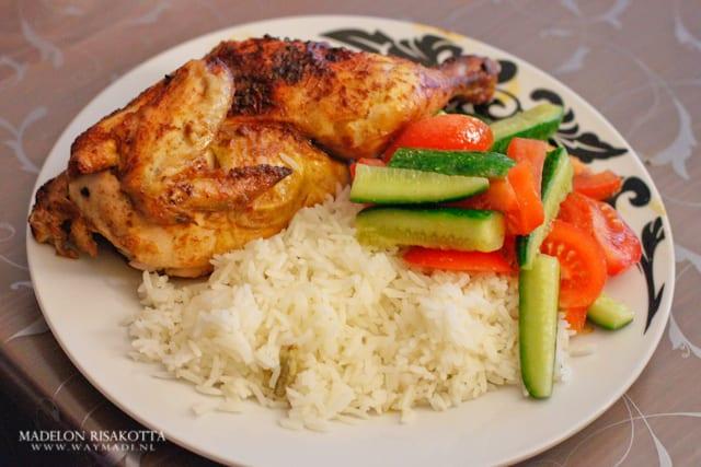 halve kip met rijst en salade