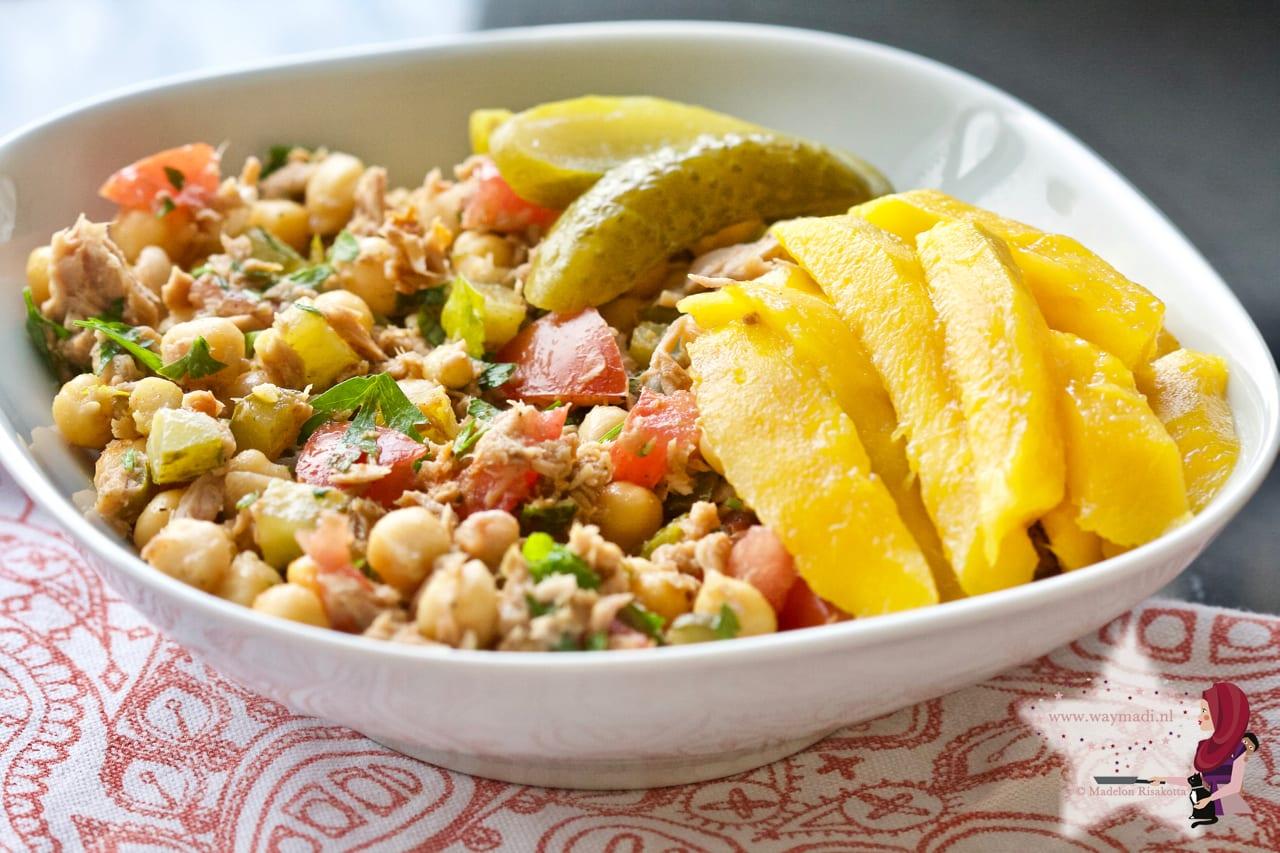 Salade van tonijn en kikkererwten