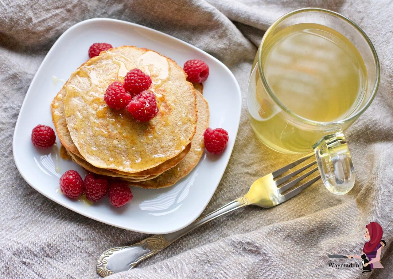 Havermout pannenkoekjes met fruit en honing